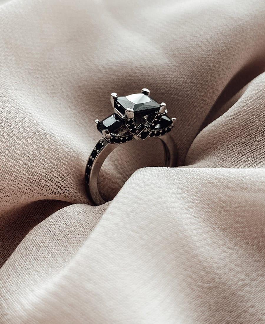 טבעת כסף וזרקונים שחורים