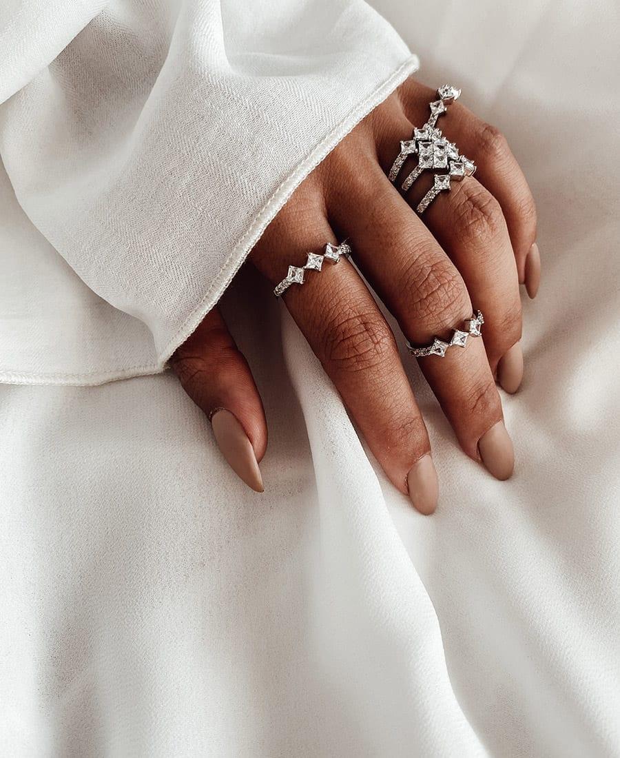 טבעת כסף 925 וזרקונים.