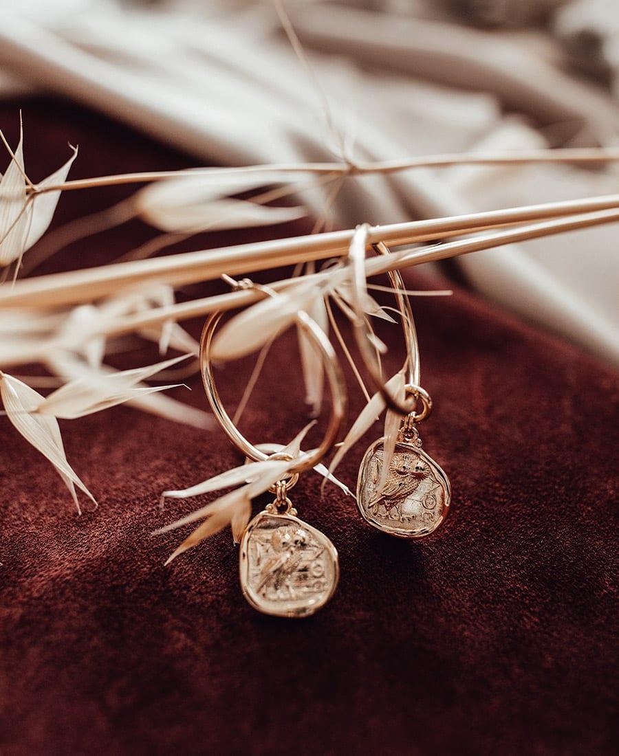 העגילי חישוק עשויים גולדפילד עם תליון מצופה בזהב