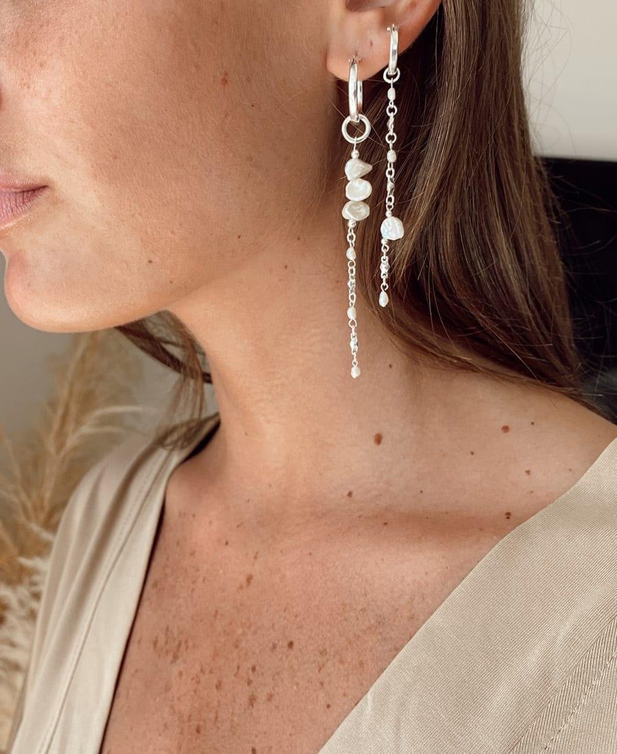 זוג עגילי מנארה קצרים , החישוק עשוי כסף 925 בשילוב פנינים מטריפות