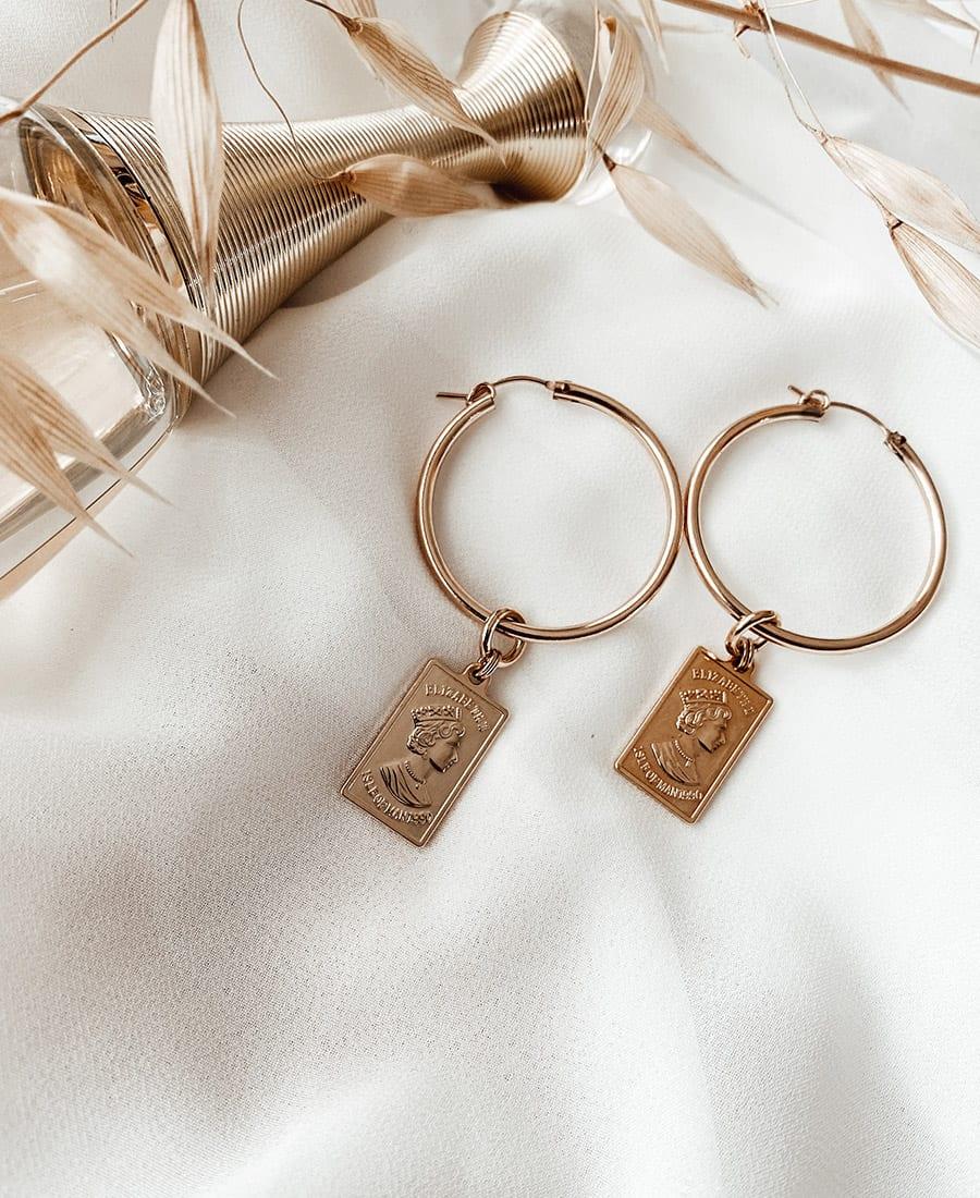 """עגילי גולדפילד אלי - זוג עגילי אלי מוזהב עשויים משילוב של גולדפילד וציפוי זהב 14 קראט , קוטר העגיל 3.4 ס""""מ ואורכו 3 ס""""מ. קוטר העגיל 3.4 ס""""מ."""