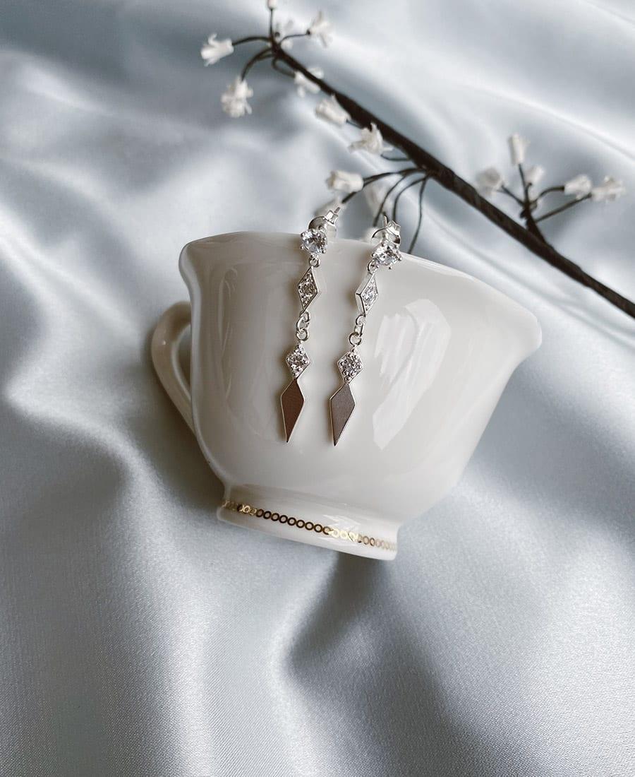 עגילי כסף פרינס - זוג עגילי פרינס עשויים כסף 925. העגילים משובצים זרקונים.