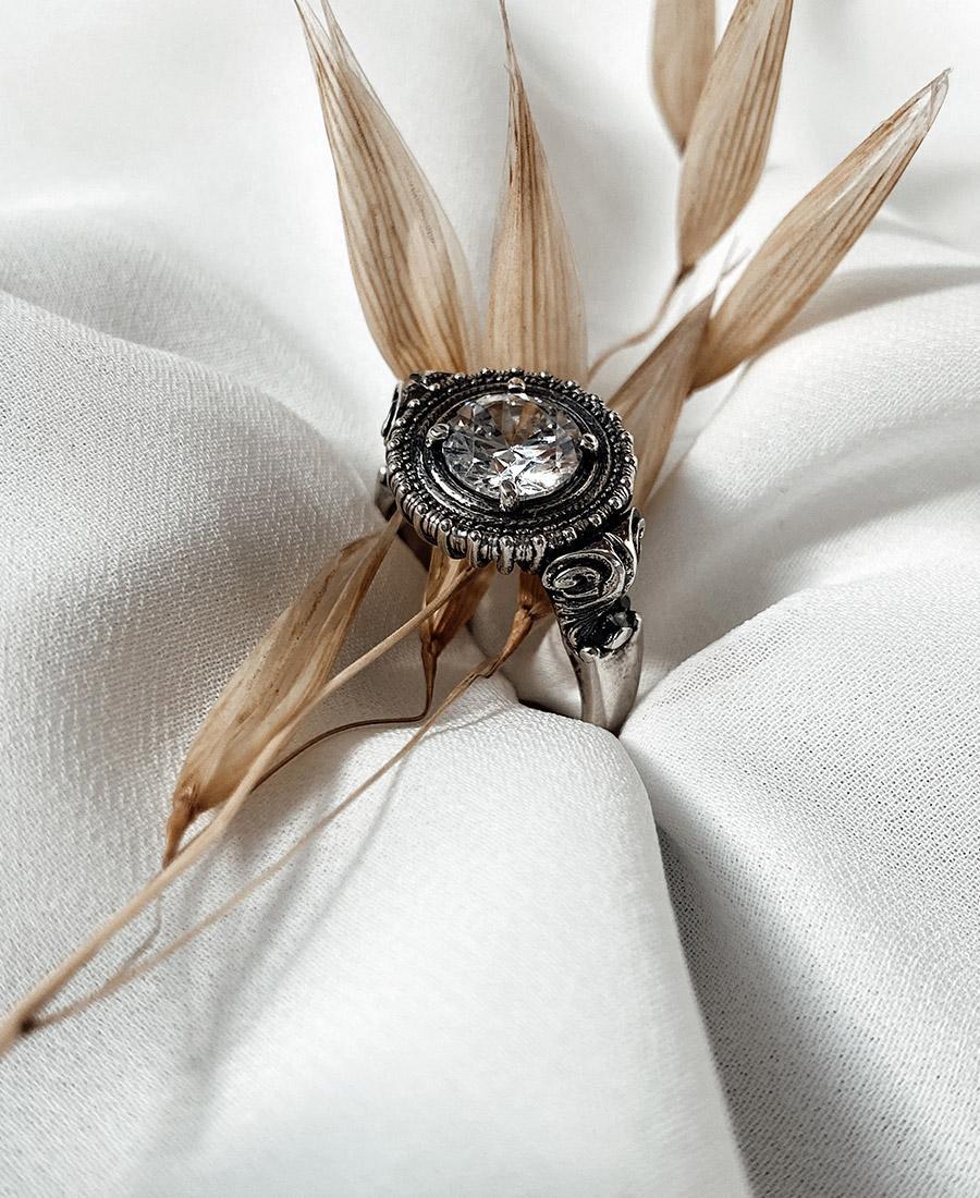 טבעת לבנה עשויה כסף 925