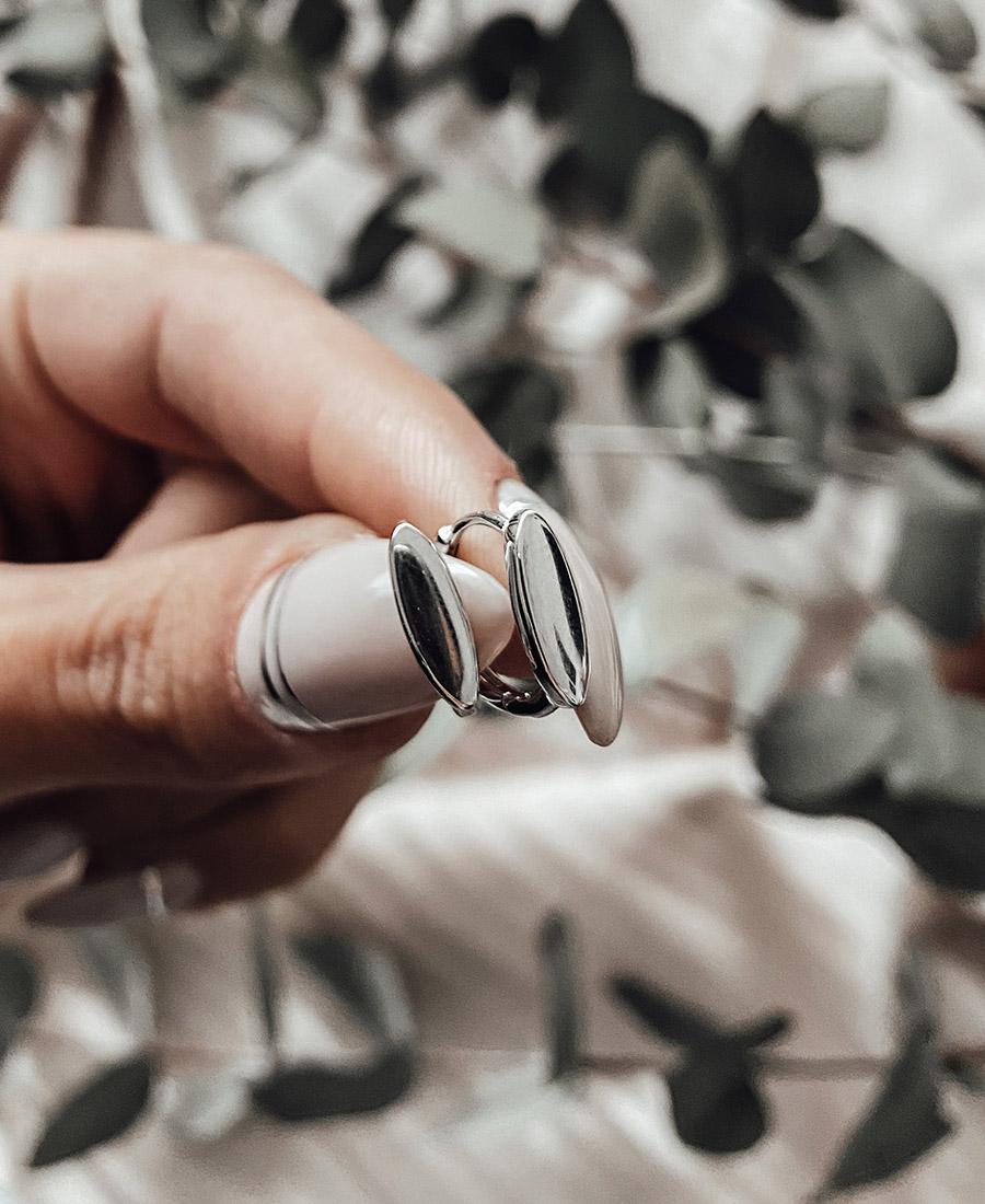 זוג עגילי לורי עשויים כסף 925.