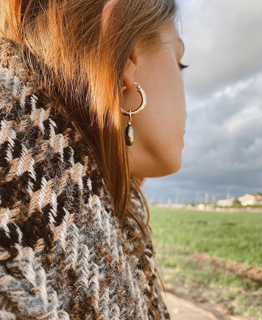 עגילים עשויים ציפוי זהב, ופנינה בצבע ירוק זית
