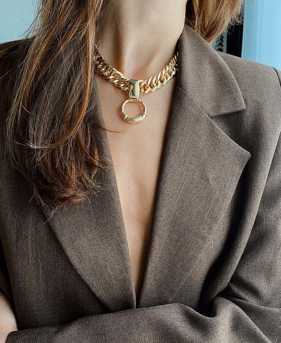 דוגמנית לובשת שרשרת גורמט עבה