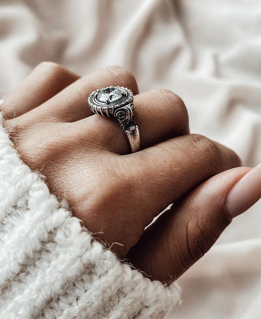 טבעת עשויה כסף 925 בשילוב זירקון לבן.