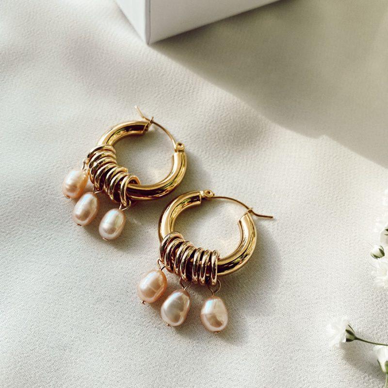 זוג עגילים מצופים זהב ומשלבים פנינים