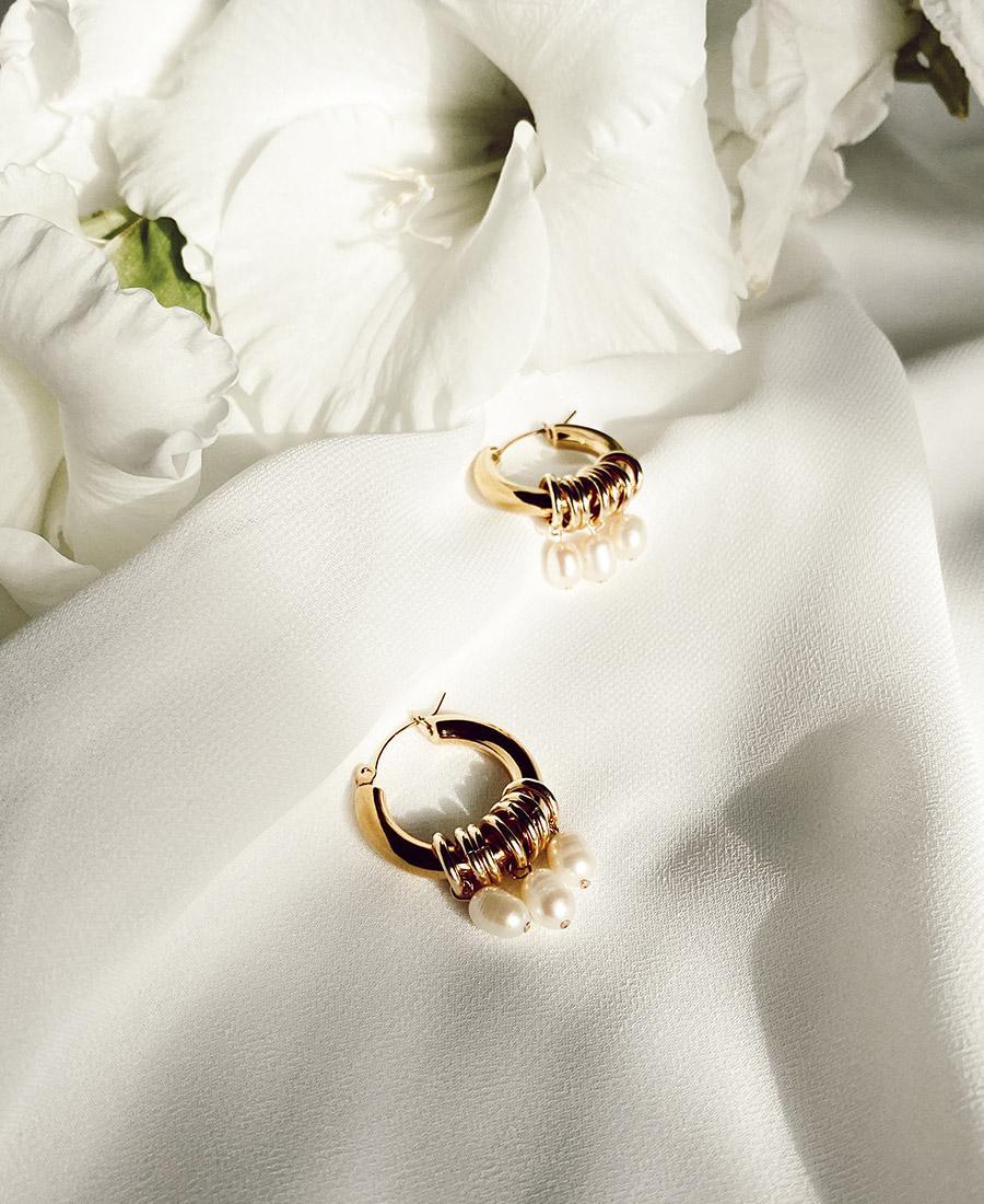 עגילים מצופי זהב בשילוב פנינים לבנות