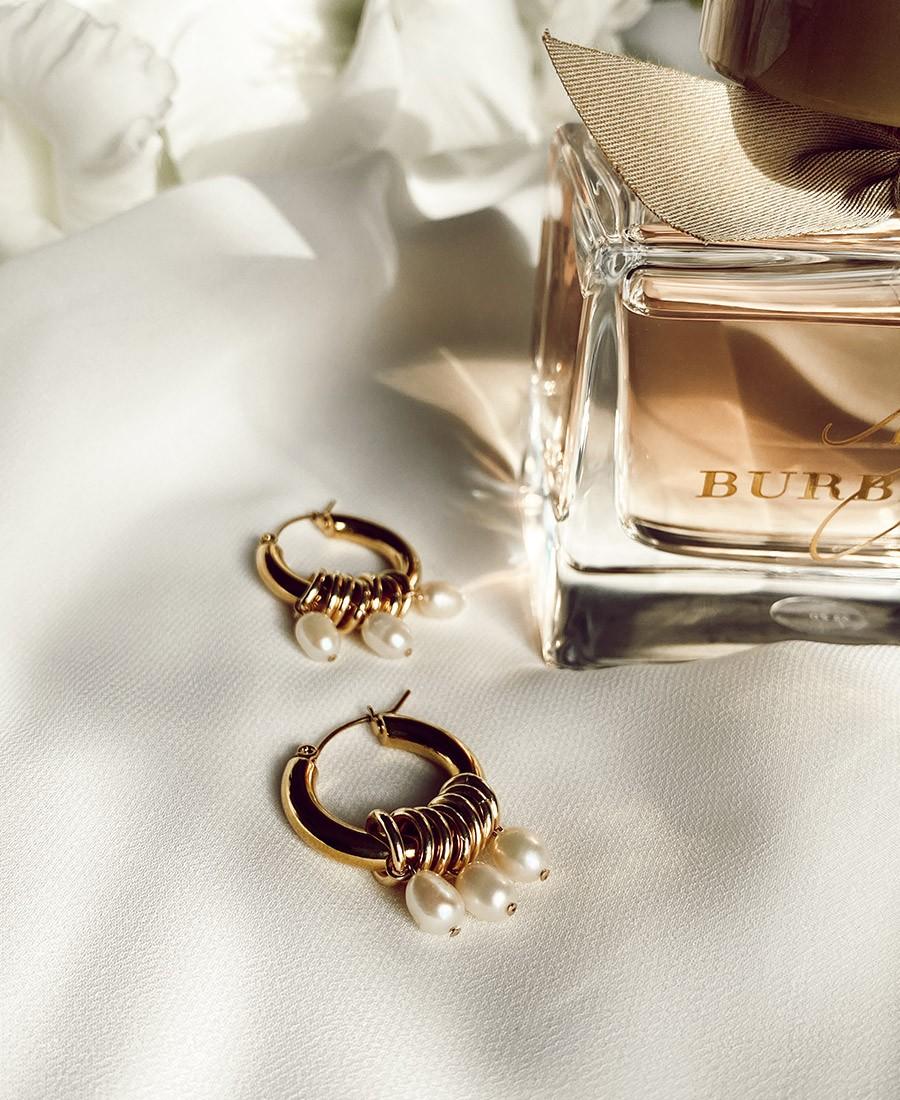 עגילים מצופים זהב בשילוב פנינים לבנות.