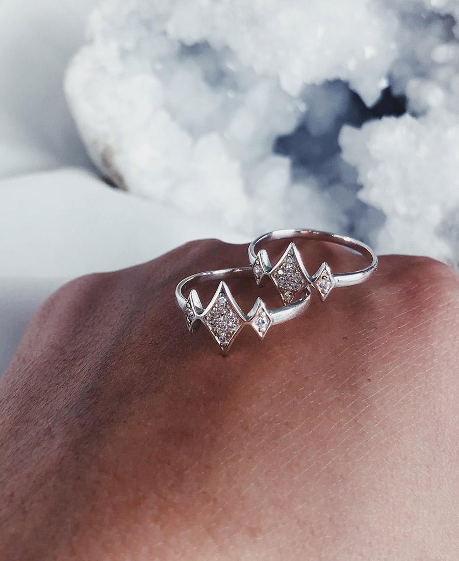 טבעת כסף וזרקונים לבנים