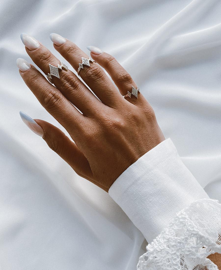 מיני ג'יין לבנה עשויה כסף 925 בשילוב זרקונים לבנים