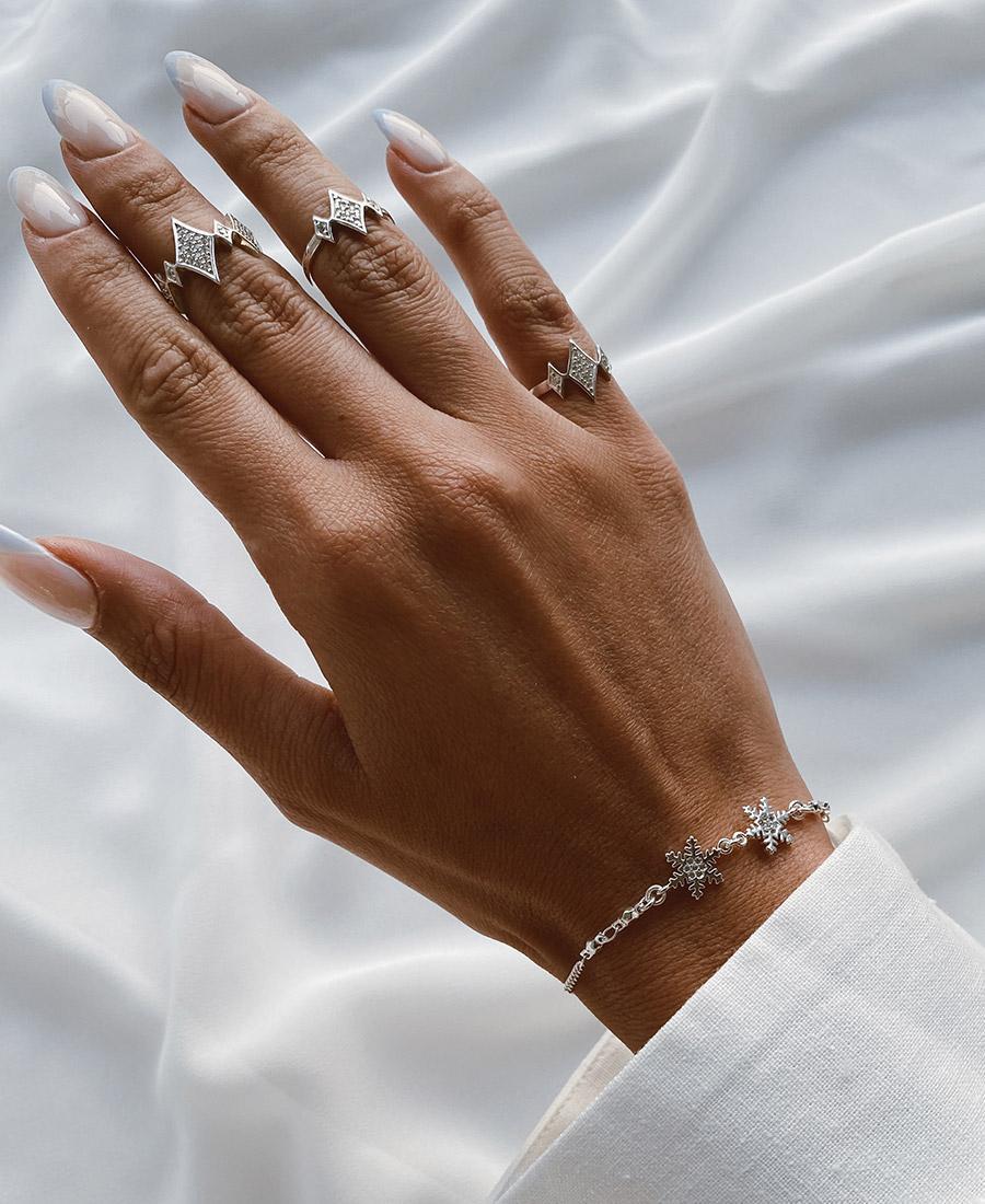 טבעת לבנה עשויה כסף 925 בשילוב זרקונים לבנים