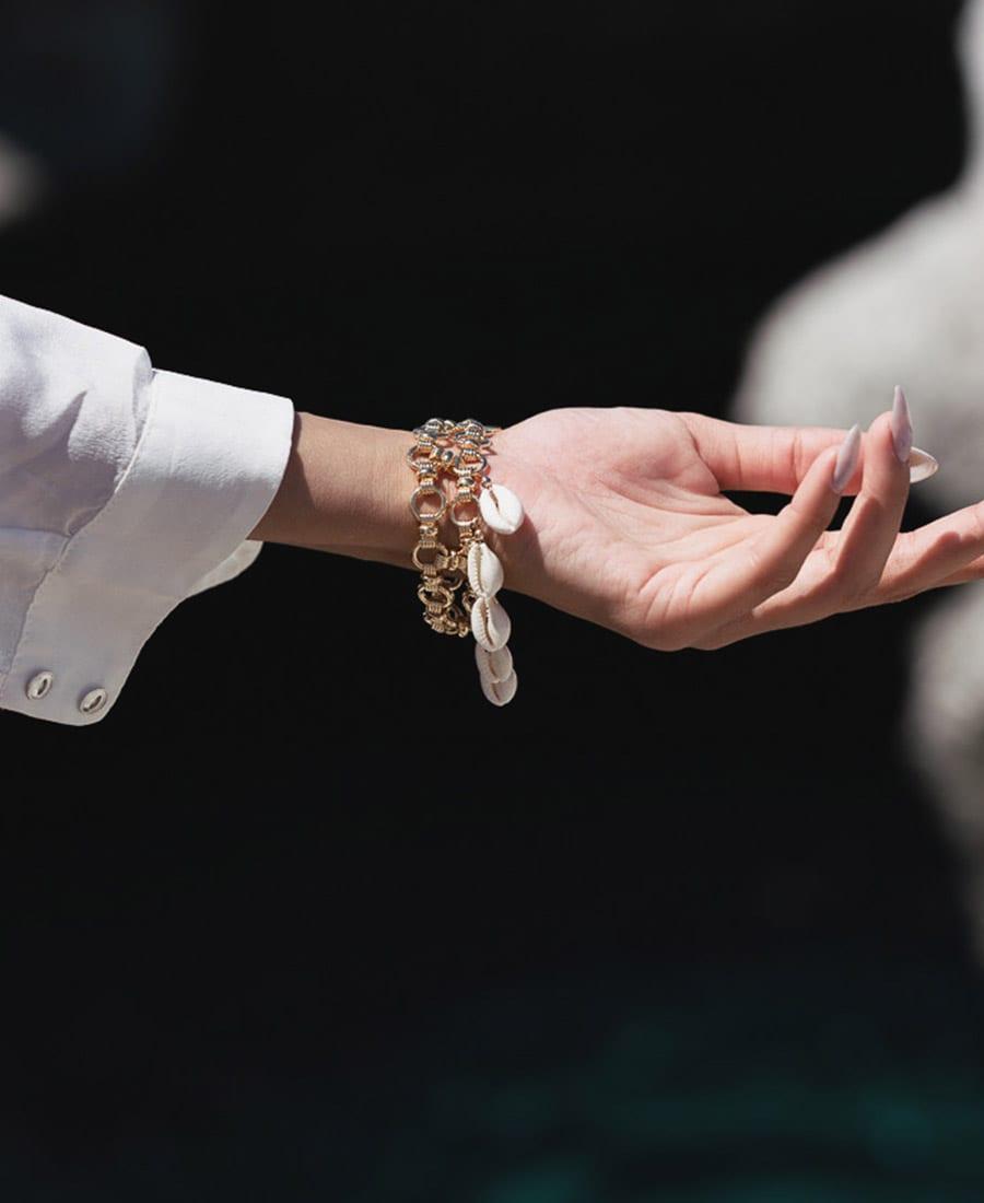 צמיד ריילי עשוי שתי שכבות של שרשראות מצופות זהב בשילוב צמידים