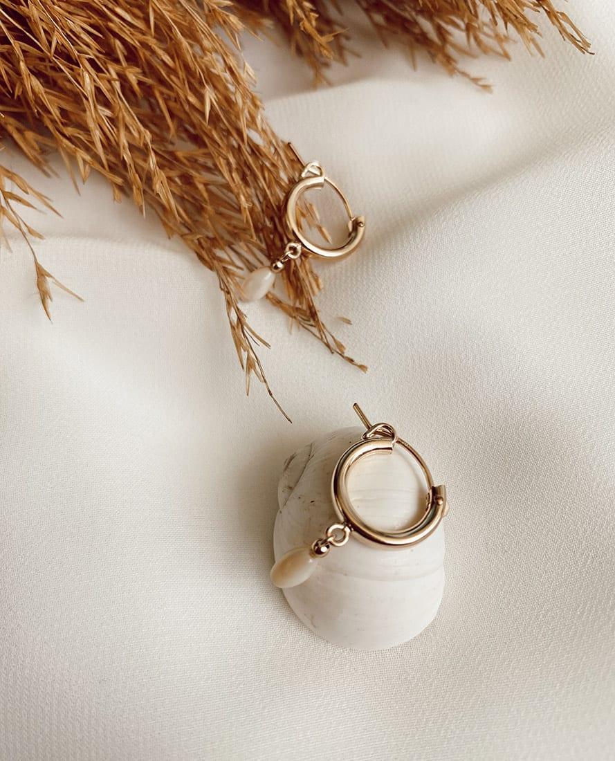 זוג עגילי שייה מורכבים מחישוקי גולדפילד בשילוב אבן חן
