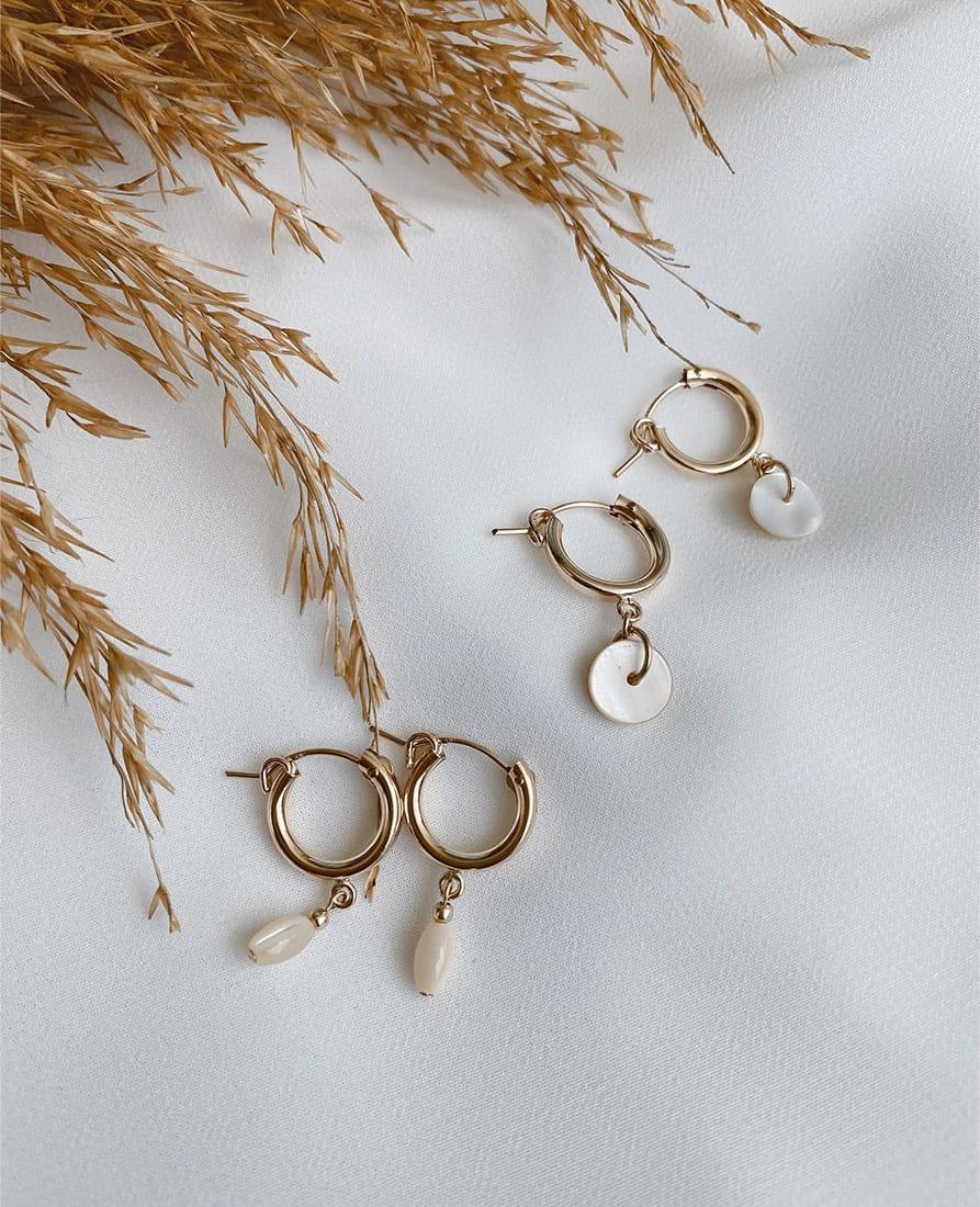 זוג עגילי שייה מורכבים מחישוקי גולדפילד בשילוב אבן חן בגווני פנינה