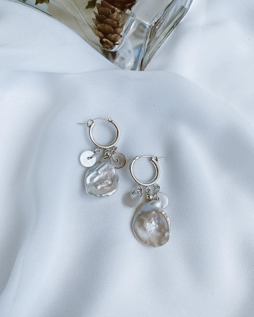 זוג עגילי נילוס מורכבים מחישוקי כסף 925, פנינים וחרוזי צדפים