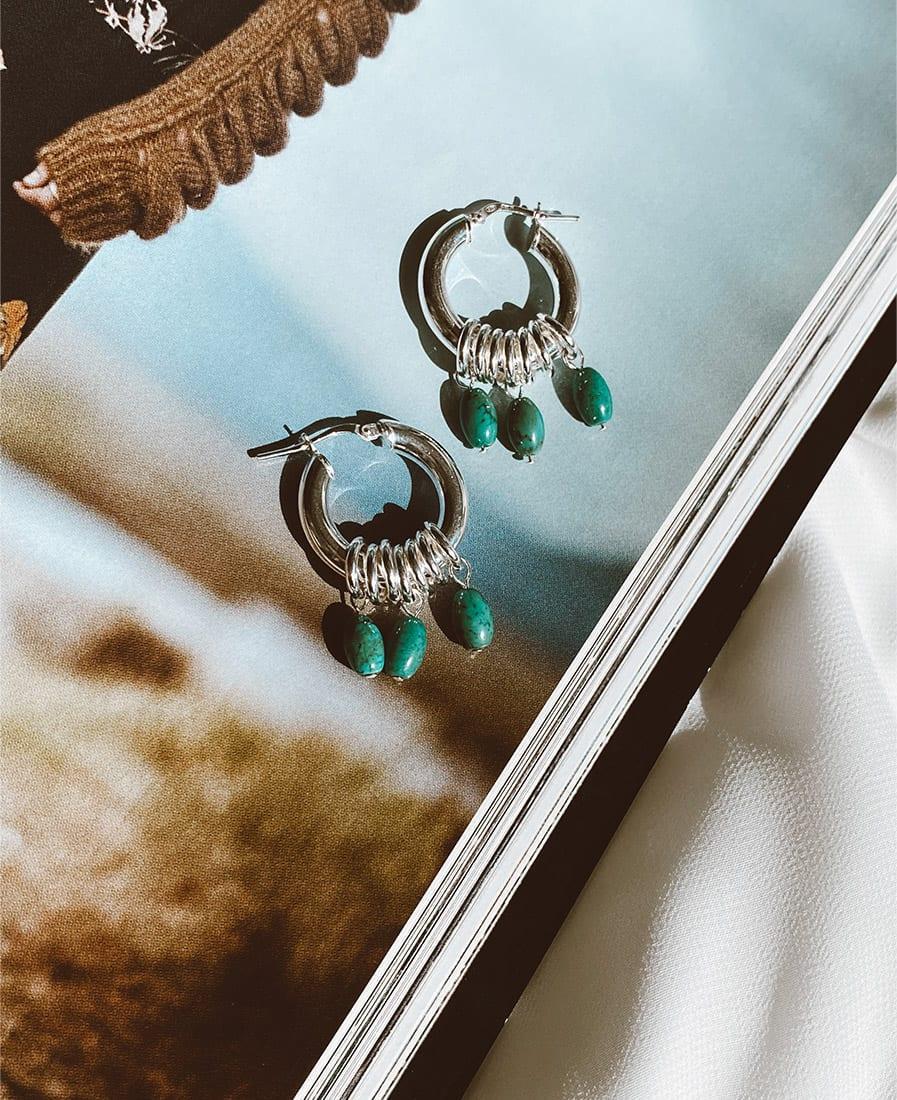 עגילי אושן מורכבים מחישוקים עשויים כסף 925 בשילוב אבני חן בגוונים כחולים ירוקים