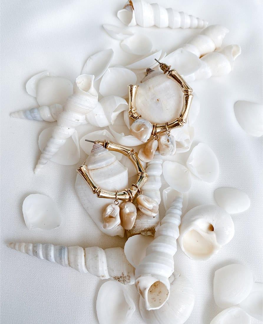 עגיל חישוקים מצופים זהב מחומשים בשילוב צדפים