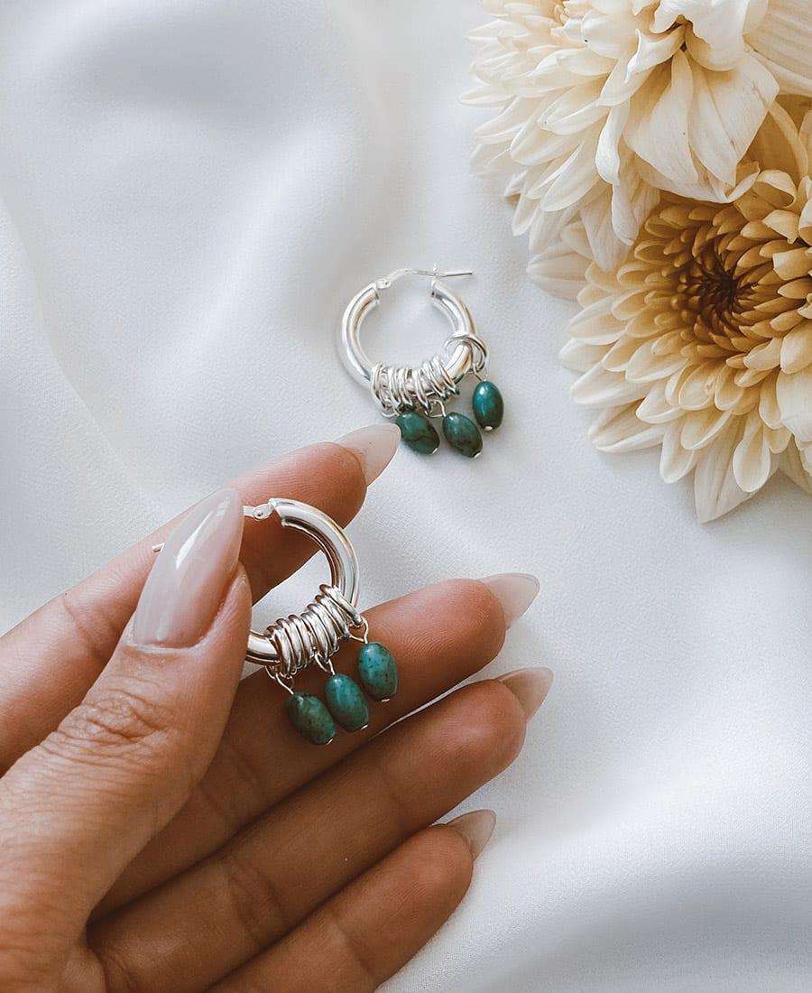 זוג עגילי אושן מורכבים מחישוקים עשויים כסף 925 בשילוב אבני חן
