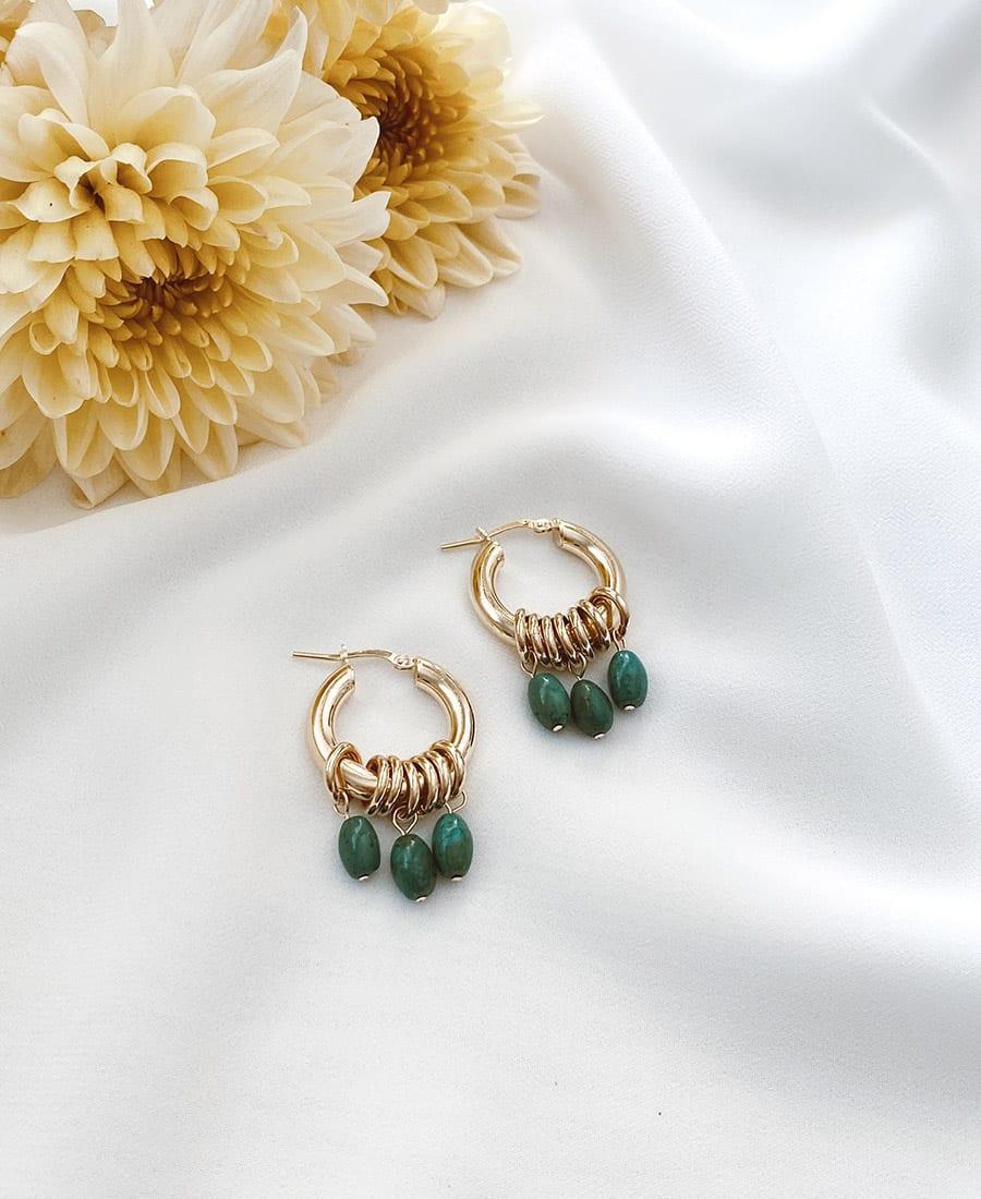 זוג עגילי א מורכבים מחישוקים עשויים כסף 925 מצופים זהב בשילוב אבני חן בגוונים כחולים ירוקים