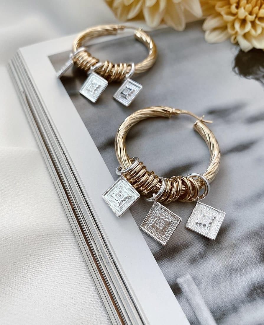 זוג עגילי מרקש מורכבים מחישוקים בעלי טקסטורה עשויים כסף 925 בציפוי זהב ומשלבים תיליונים
