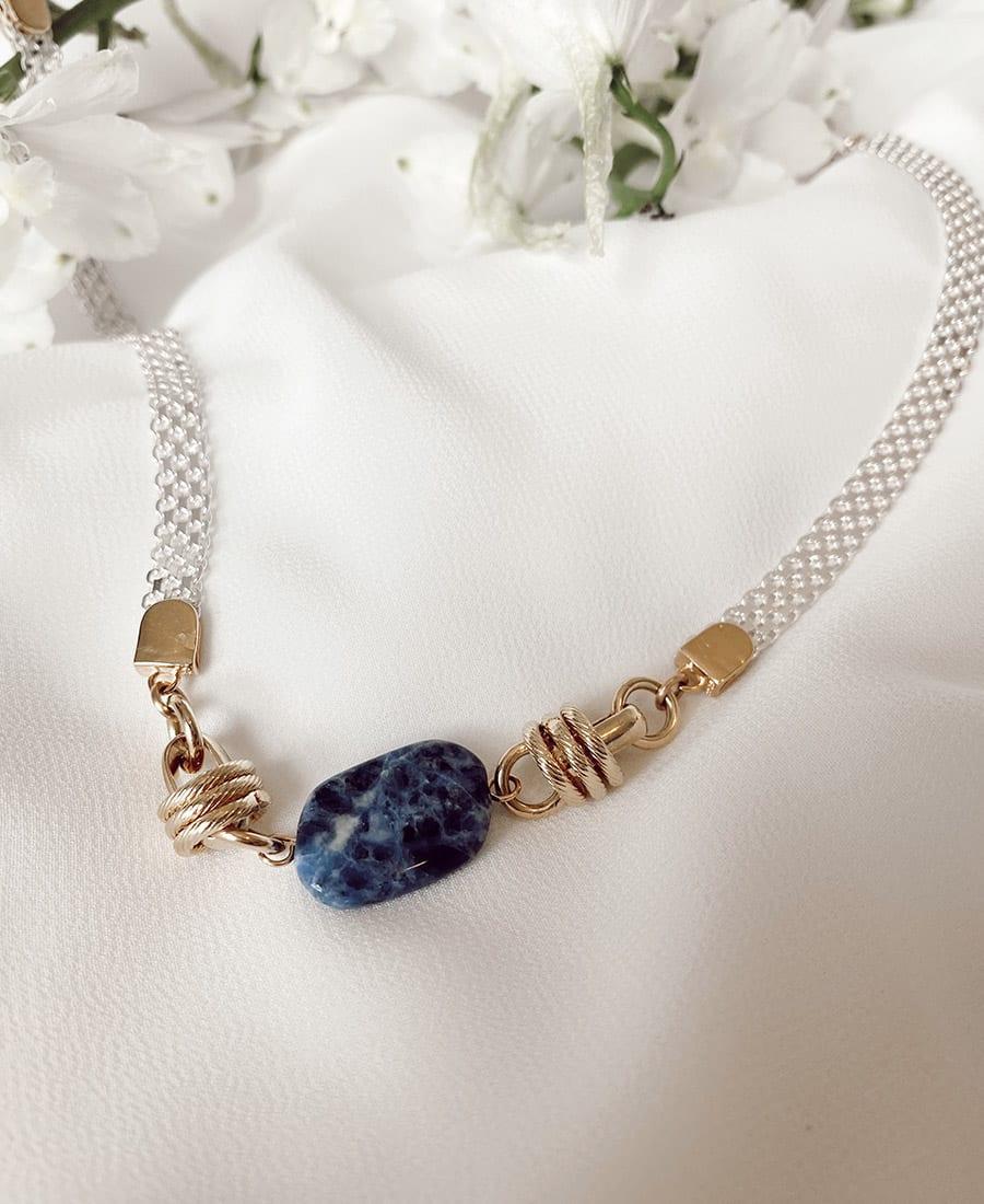 שרשרת מצופה זהב - מורכבת משרשרת כסף 925. אלמנטים מצופים זהב ואבן חן מרכזית בצבע כחול