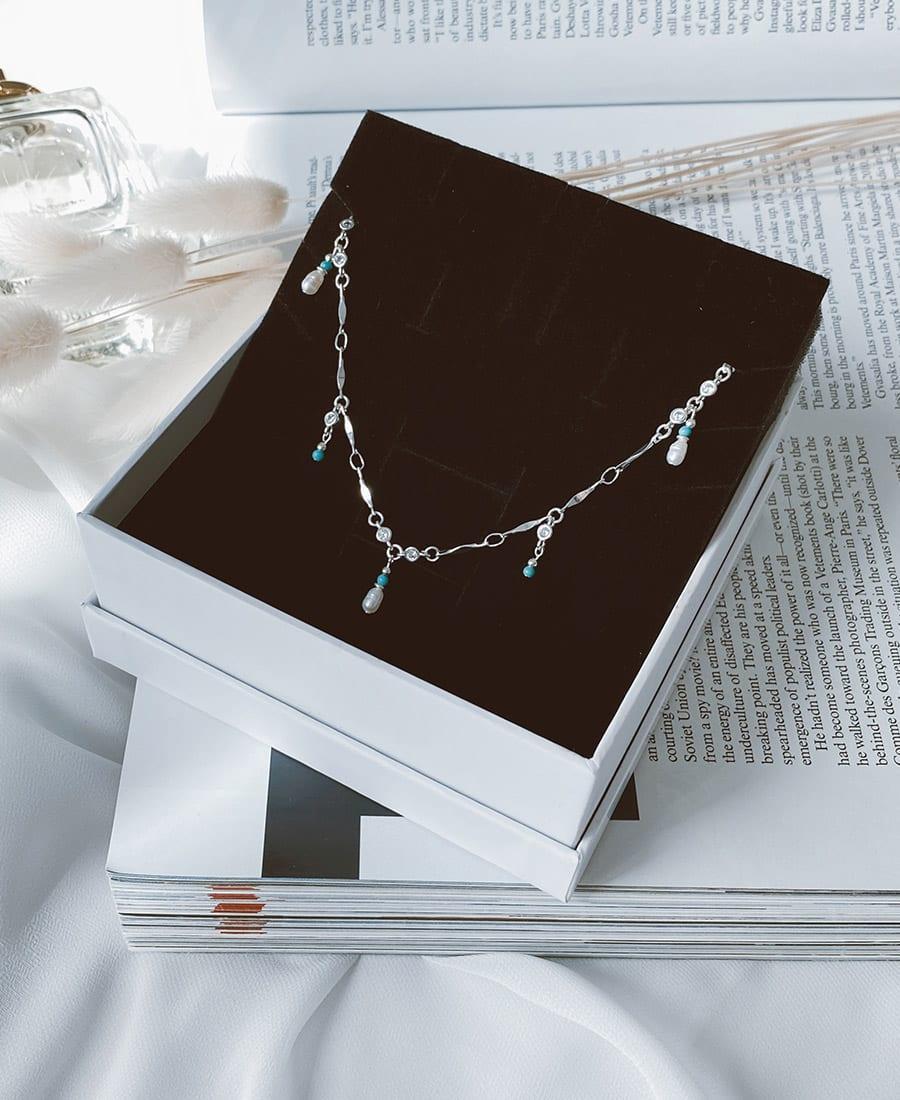שרשרת עשויה כסף בשילוב אבני חן בגווני טורקיז ופנינים
