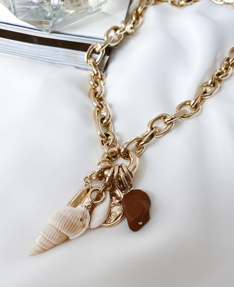 השרשרת עם אלמנט מצופה זהב