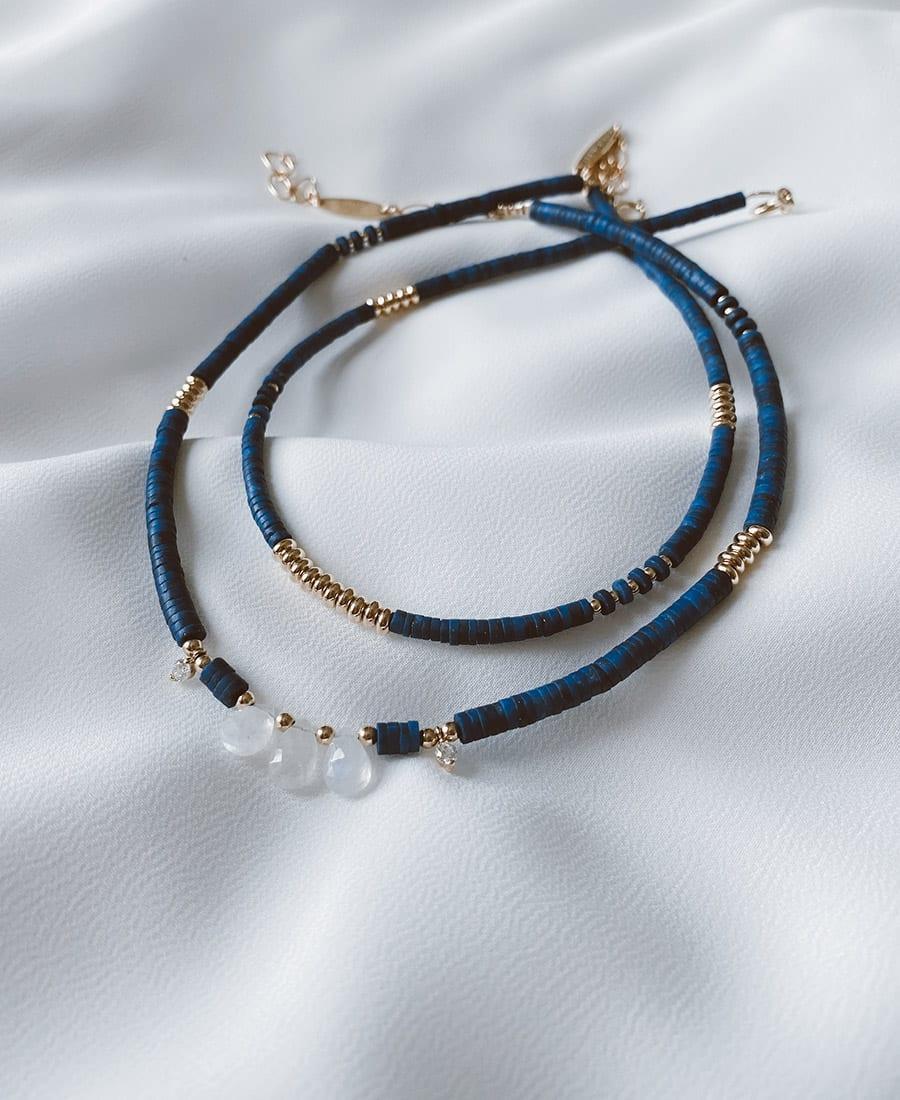 שרשרת דיפ-בלו מצופה זהב מורכבת מאבני לאפיס כחולות בשילוב אבני מונסטון עם אלמנטים ציפוי זהב