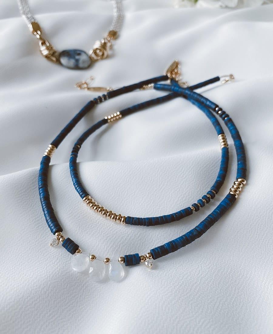 שרשרת קליאופטרה עם אלמנטים מורכבת מאבני לאפיס כחולות עם אלמנטים בציפוי זהב.