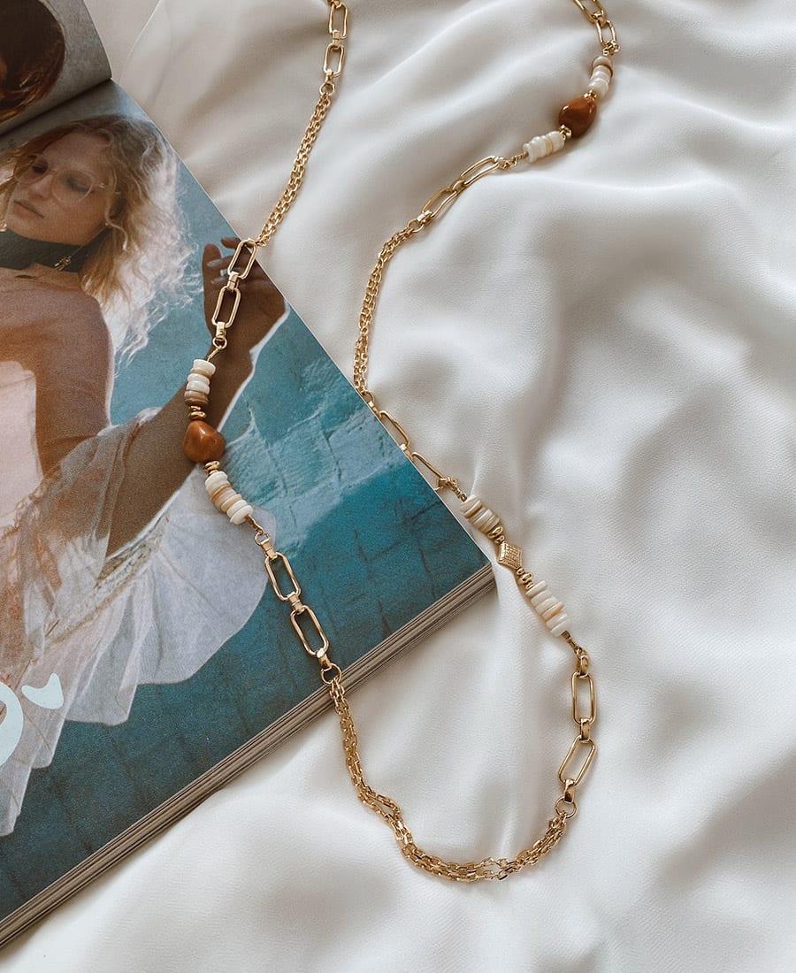 השרשרת עשויה במבוק ומצופה בציפוי זהב וכן בשילוב חרוזים בגוונים חומים וצדפים