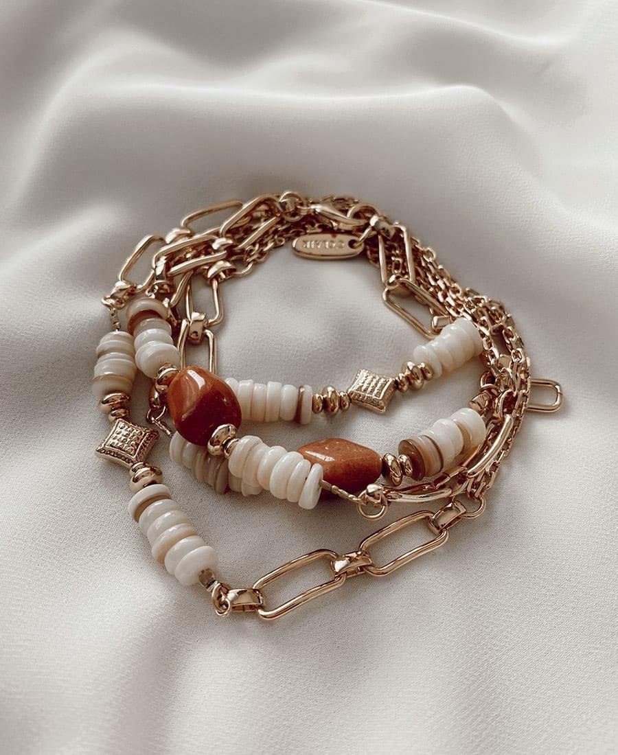 שרשרת במבוק ציפוי זהב - השרשרת עשויה במבוק ומצופה בציפוי זהב וכן בשילוב חרוזים בגוונים חומים וצדפים
