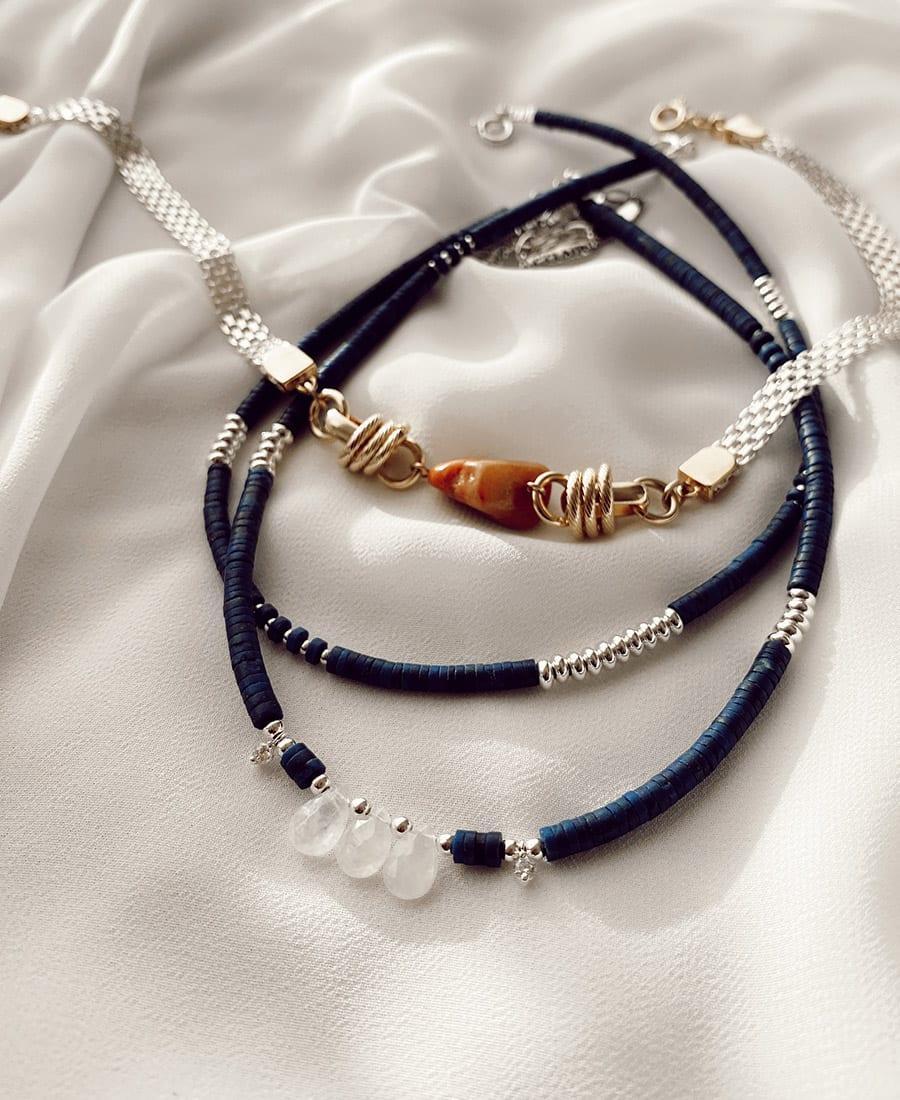 שרשרת דיפ-בלו מצופה כסף - מורכבת מאבני לאפיס כחולות בשילוב אבני מונסטון עם אלמנטים