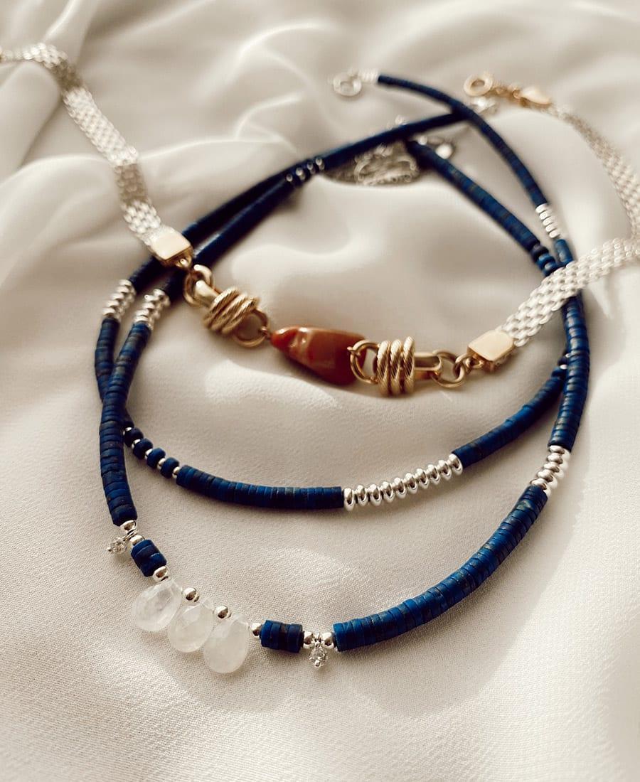שרשרת קליאופטרה בציפוי כסף - מורכבת מאבני לאפיס כחולות עם אלמנטים בציפוי כסף.