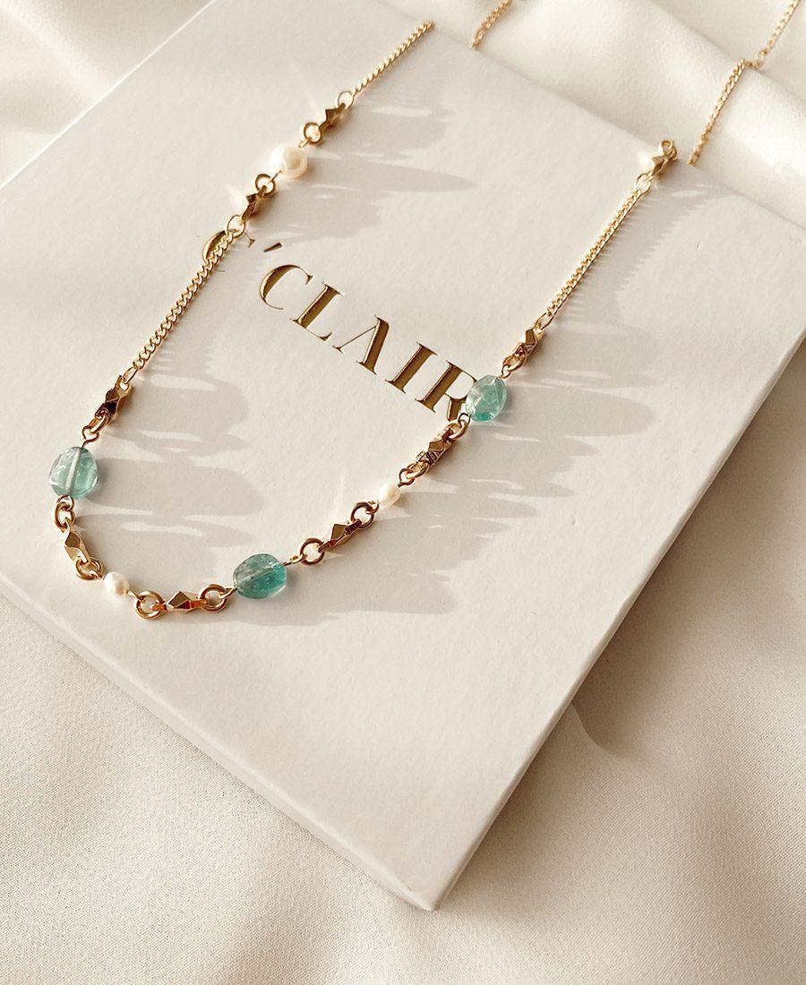 שרשרת קארול עשויה ציפוי זהב בשילוב פנינים ואבני חן בגוון טורקיז.