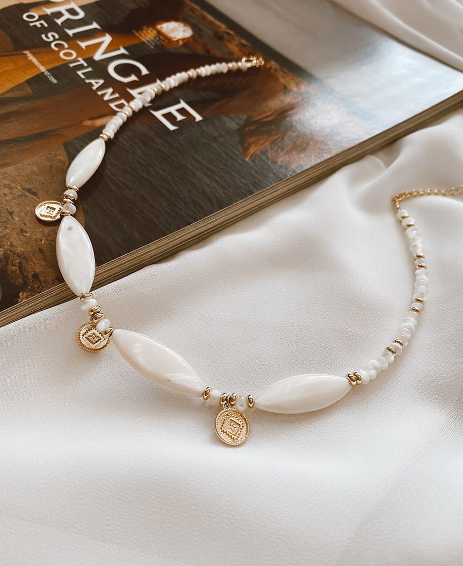 שרשרת בציפוי זהב - שרשרת וייב עשויה ציפוי זהב בשילוב אבני אם הפניניה, צדפים ותיליונים.