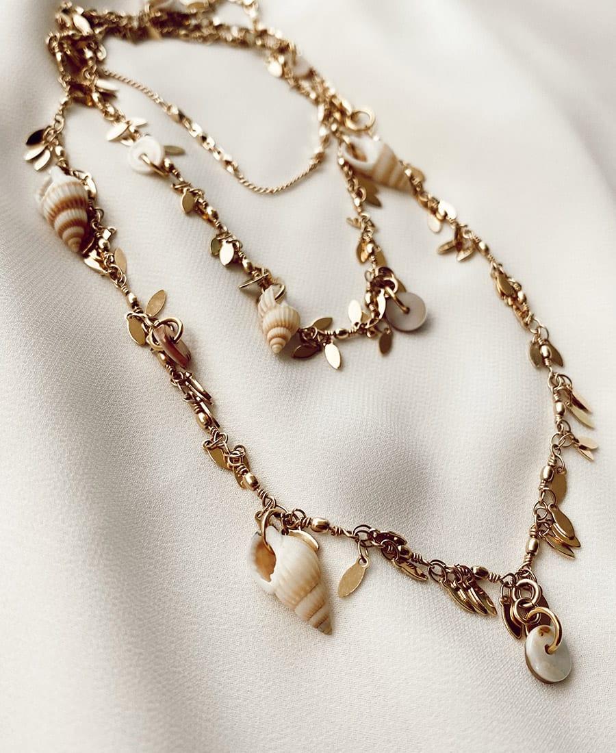 שרשרת בטן ציפוי זהב - שרשרת בטן בלי מר עשויה ציפוי זהב ומשלבת צדפים. השרשרת היא מודולרית וניתן לענוד אותה בכמה צורות