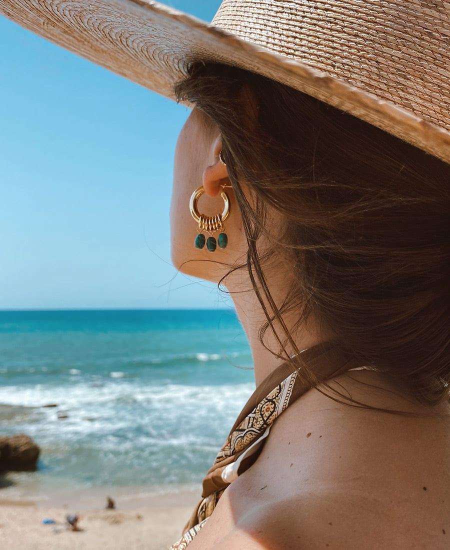 זוג עגילי אושן מורכבים מחישוקים עשויים כסף 925 מצופים זהב בשילוב אבני חן בגוונים כחולים ירוקים