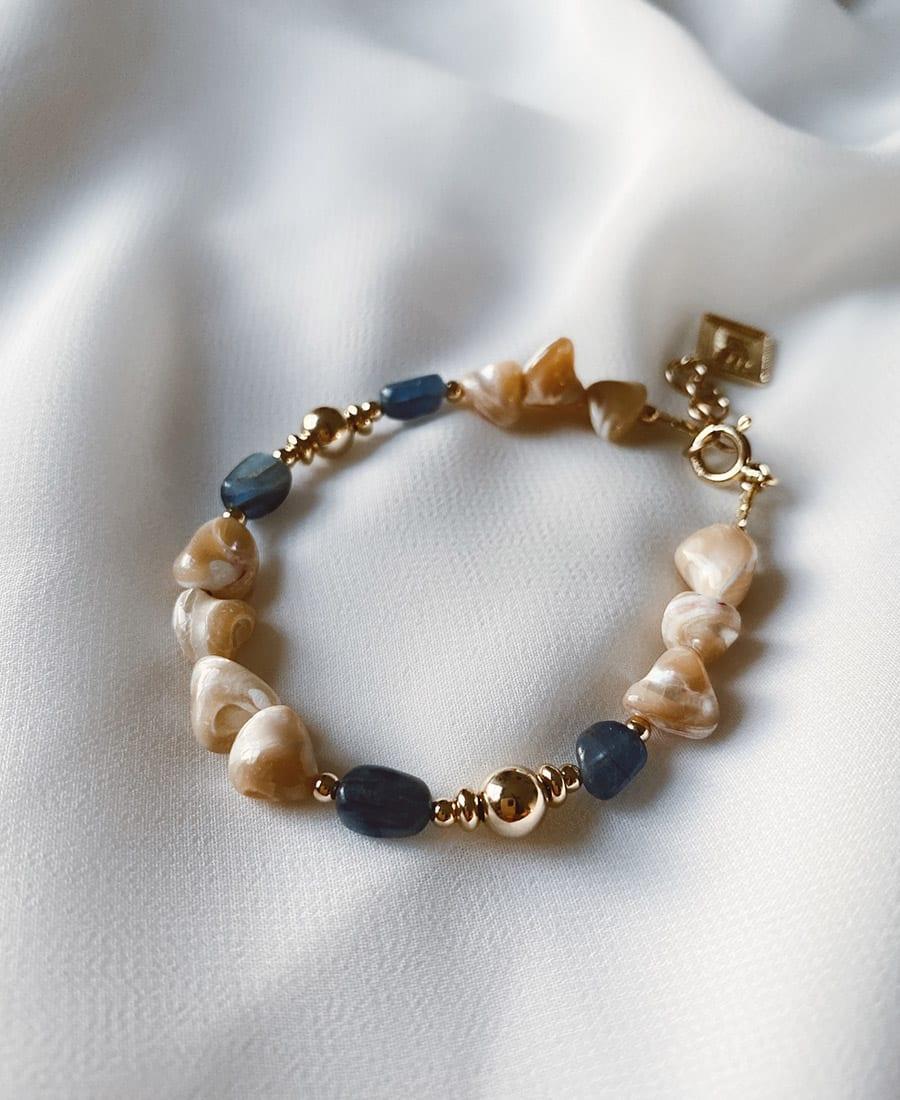 צמיד קאינייט מורכב מצדפים ואבני קאיינט בשילוב אלמנטים מצופים זהב