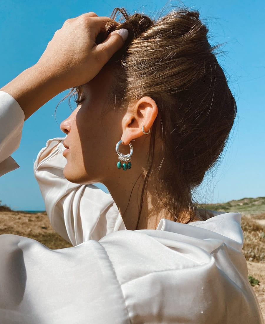 זוג עגילי אושן מורכבים מחישוקים עשויים כסף 925 בשילוב אבני חן בגוונים כחולים ירוקים