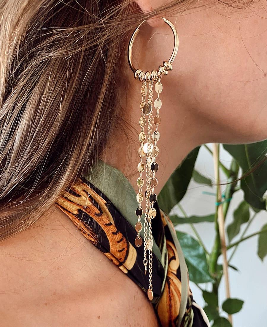 זוג עגילי בוהו מורכבים מחישוקים כסף 925 מצופים זהב ושרשראות מצופות זהב