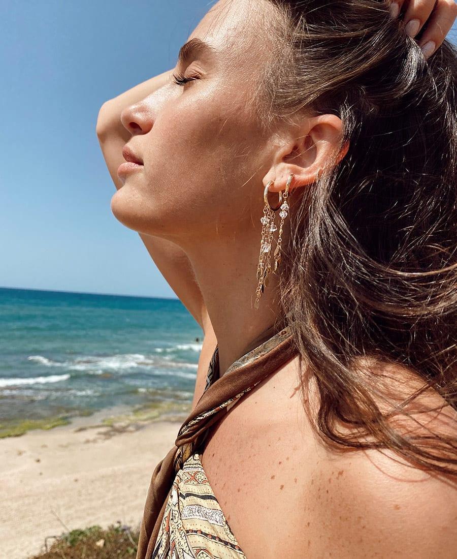עגילי סאנשיין חישוקי גולדפילד - זוג עגילים מורכבים גולדפילד, שרשראות מצופות זהב ואבני חן.