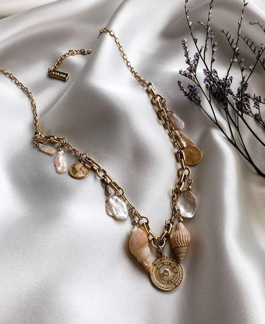 שרשרת לה מר בציפוי זהב מורכבת קונכיות, פנינים ותיליוני מטבעות.