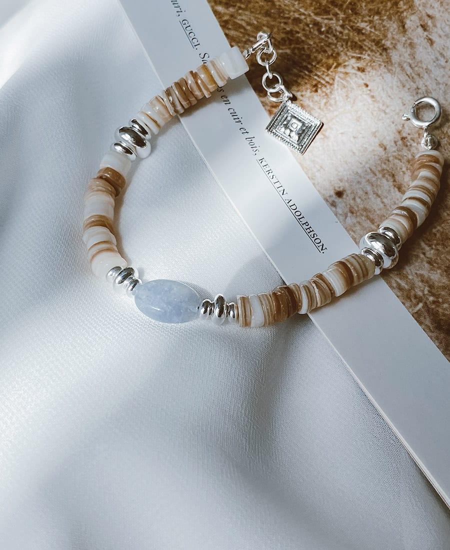צמיד בלו עשוי צדפים ואבן חן כחולה בשילוב אלמנטים