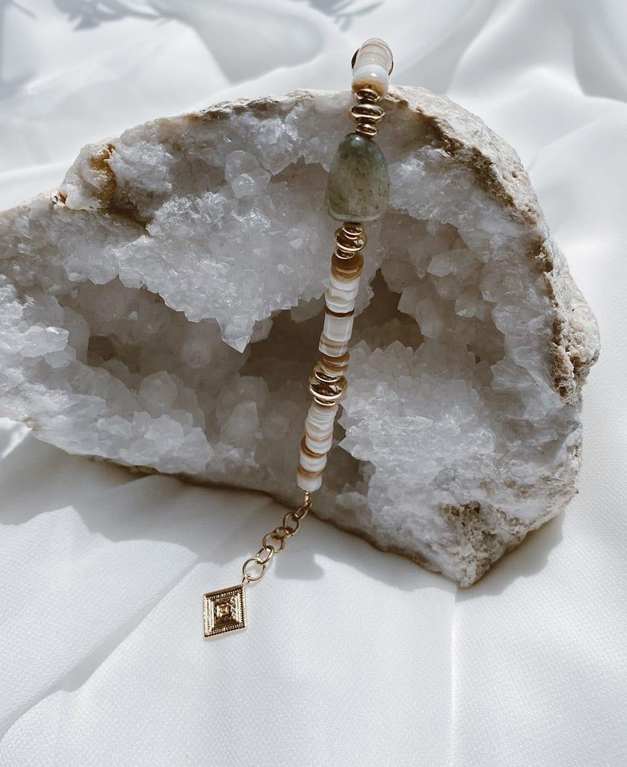 צמיד ראשל עשוי צדפים, אבן חן ירוקה וציפוי זהב