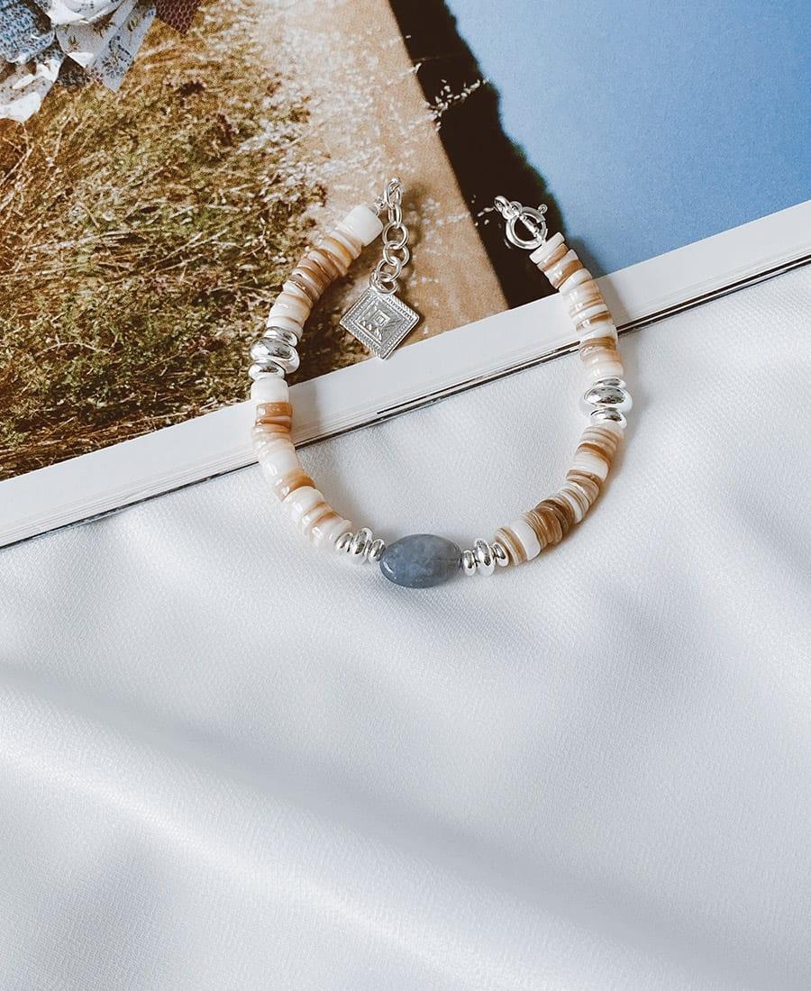 צמיד בלו עשוי צדפים ואבן חן כחולה בשילוב אלמנטים מצופים כסף