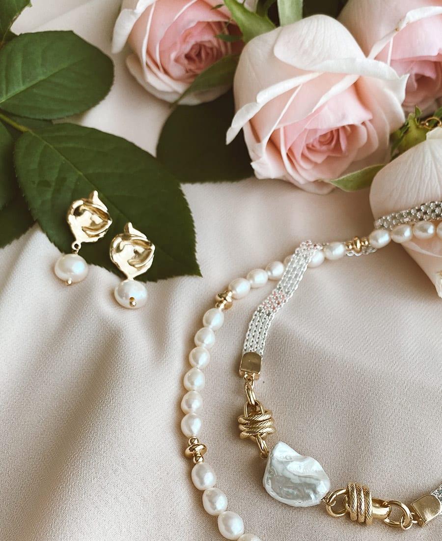 עגילי מרלין מצופים זהב בשילוב תיליוני פנינה