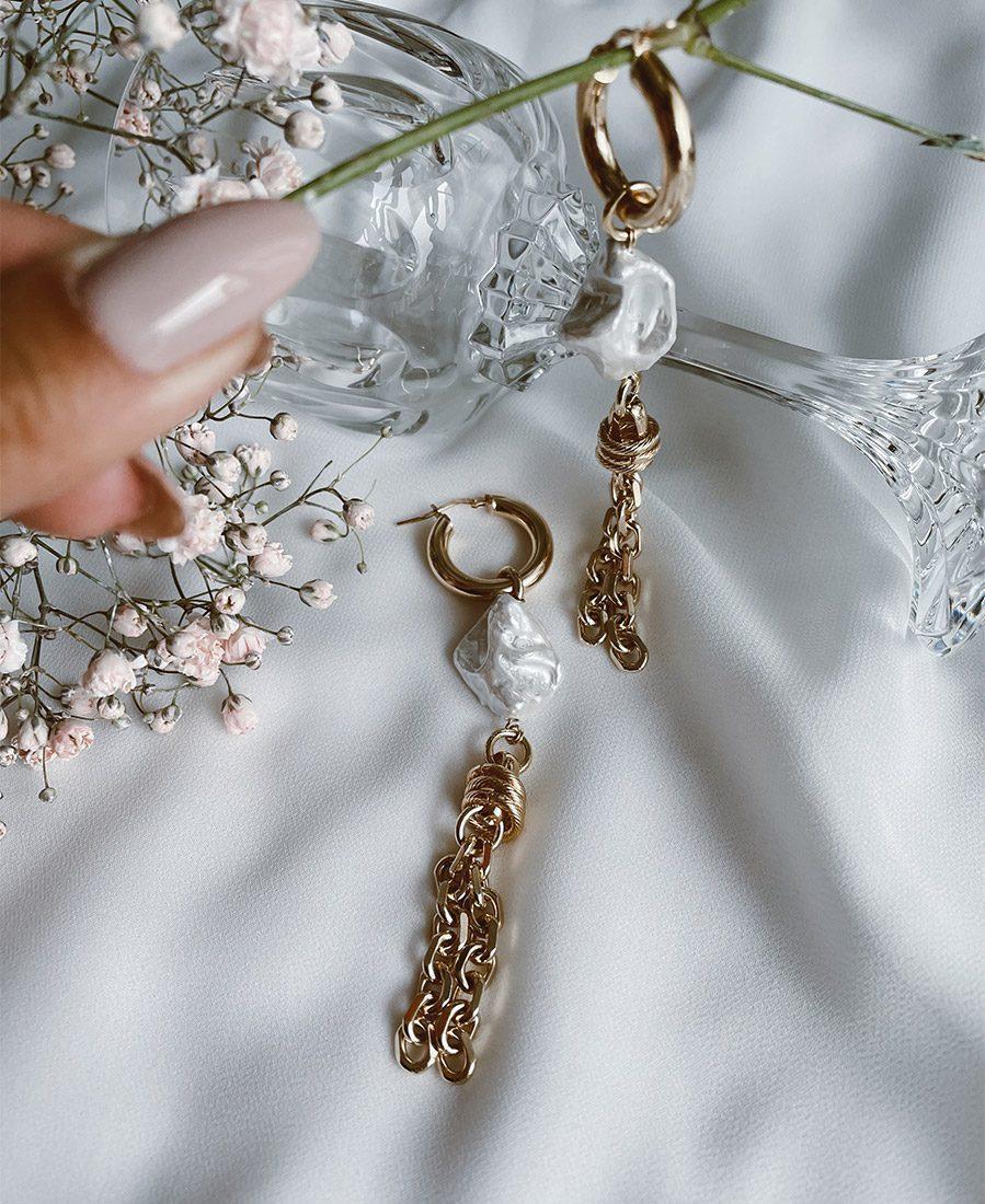 עגילי מישל מצופים זהב בשילוב צדף מצופה אבקת פנינה