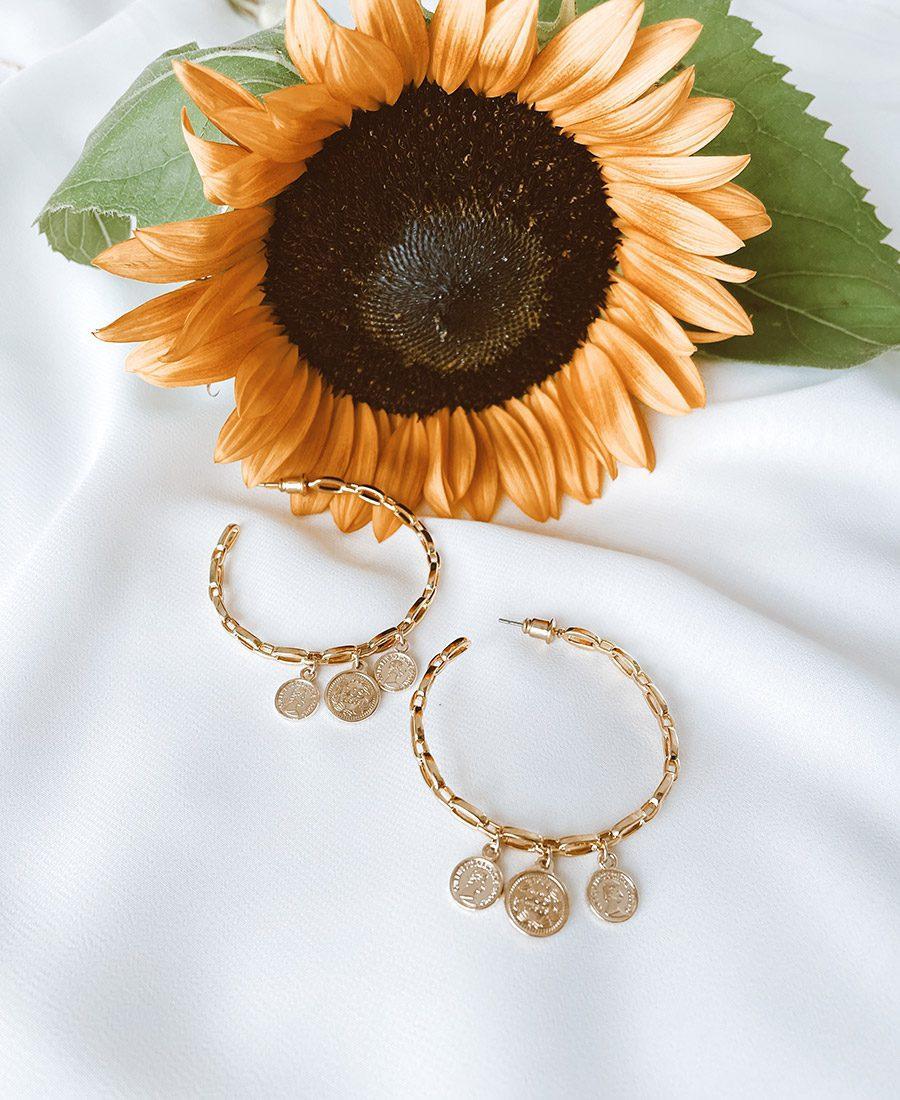 זוג עגילי ג'מפסי עשויים ציפוי זהב ומשלבים